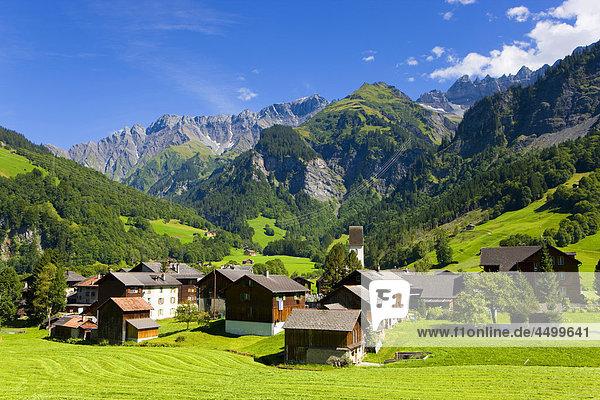 Berg Wohnhaus Gebäude Kirche Dorf Kanton Glarus Schweiz