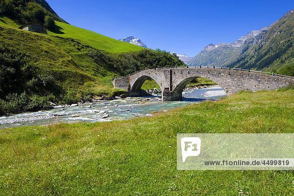 Steinbrücke Brücke fließen Fluss Wiese Kanton Graubünden Steinerne Brücke Schweiz