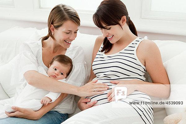 Mutter mit Baby und schwangerer Freundin