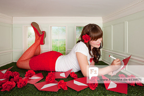 Junge Frau im kleinen Zimmer mit Liebesbriefen