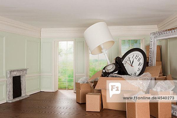 Kartonschachteln mit Gegenständen in kleinem Raum