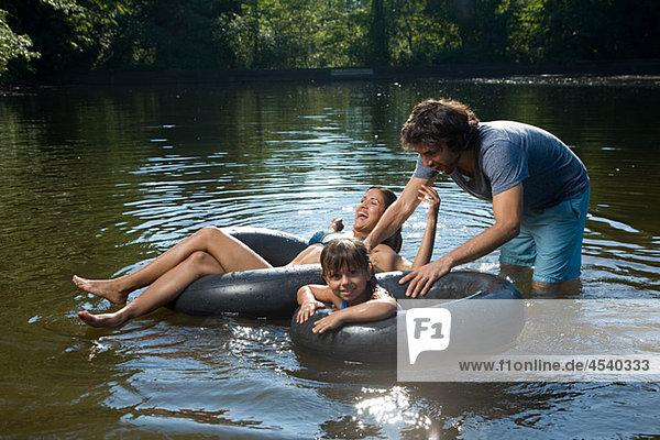 Paar und Tochter Spaß in See