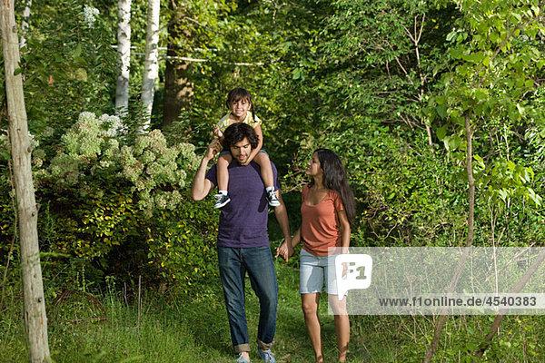 Familie zusammen in Wäldern