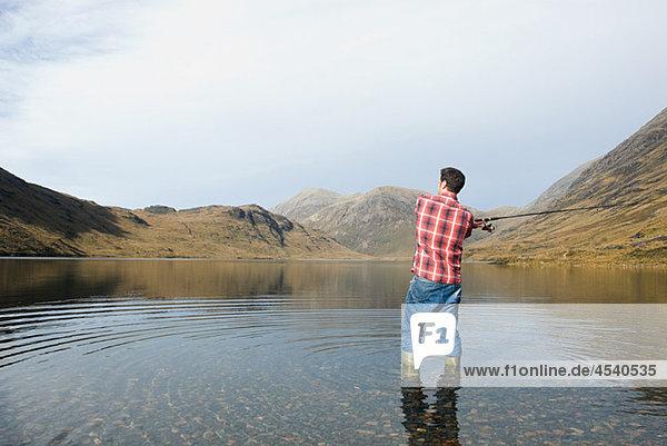 Mann beim Angeln im See