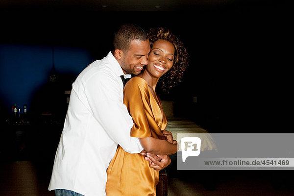 Glamouröses junges Paar umarmend