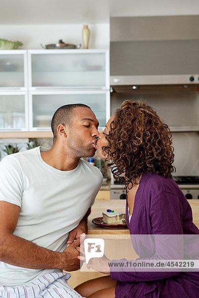 Paar küssen in Küche