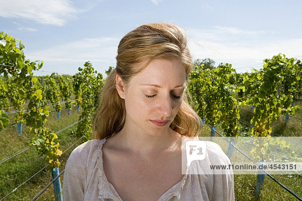 Mitte erwachsen frau in Weingarten mit Reben