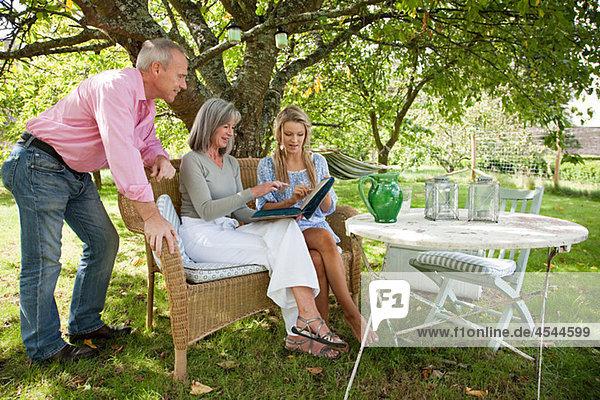 Familie beim gemeinsamen Betrachten des Buches
