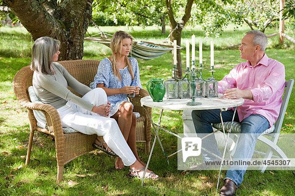 Familie am Tisch sitzend