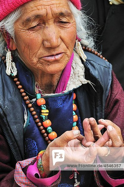 Woman seeing the Living God Rimpoche and praying at the temple. Jammu and Kashmir  India