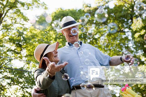Seniorenpaar mit Blasen