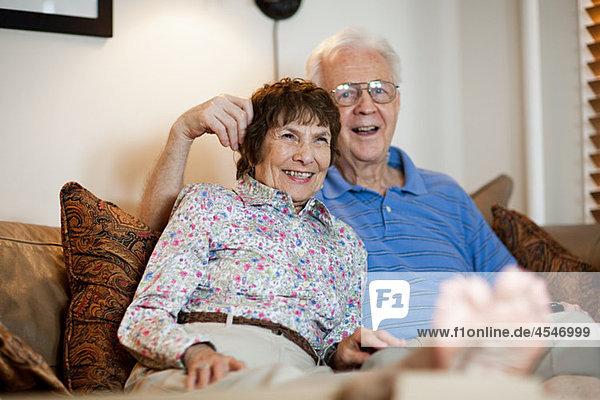 Interior  zu Hause  Senior  Senioren  sehen  Fernsehen