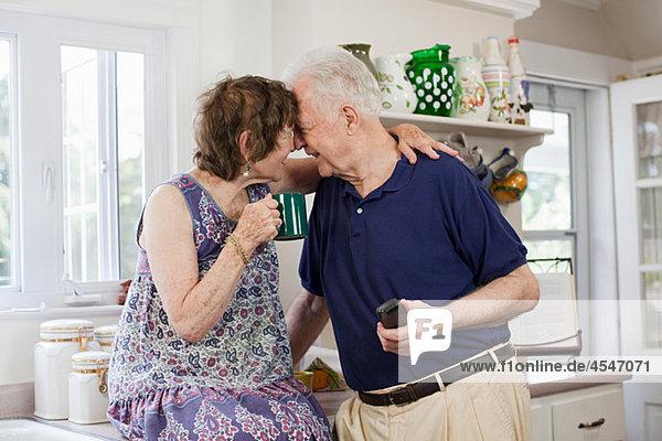 älteres Paar in Küche