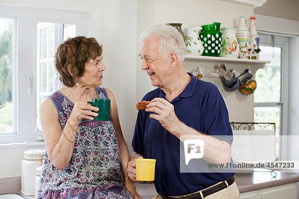 älteres Paar mit heisses Getränk