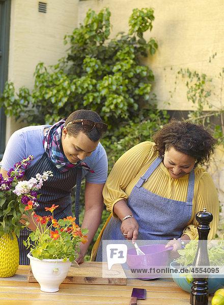 Lebensmittel Vorbereitung Garten Hinterhof Mann und Frau