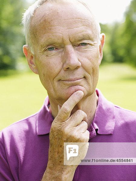 Porträt von älterer Mann im park
