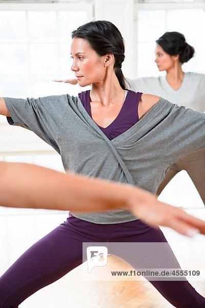 Drei Frauen  sich fit halten