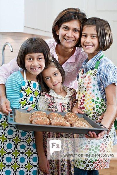 Porträt von Mutter mit drei Töchter mit frisch made rolls
