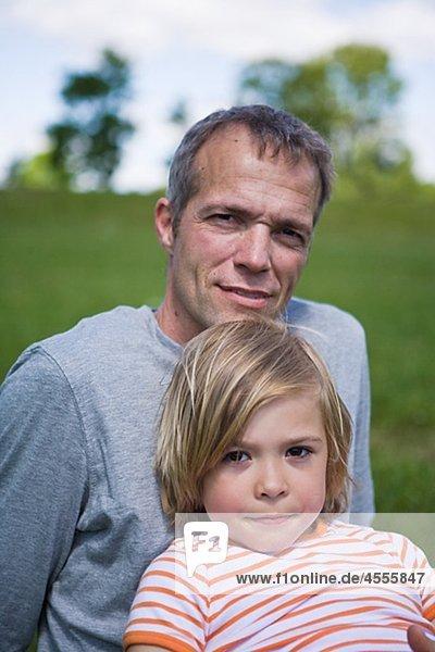Portrait des Vaters mit Sohn Blick in die Kamera