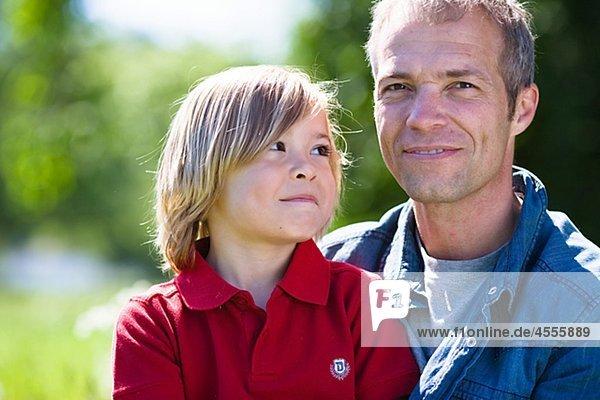 Vater und Sohn Portrait in hellem Sonnenlicht