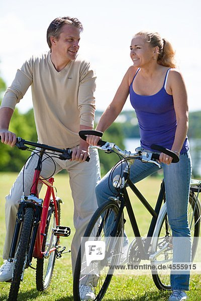 junges Paar fährt Fahrrad im park