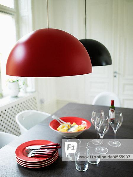 Modernes Design Tabelle mit Mahlzeit für drei bereit zu essen