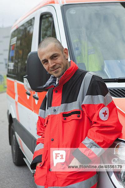 Krankenwagenfahrer vor der Kutsche  fröhlich