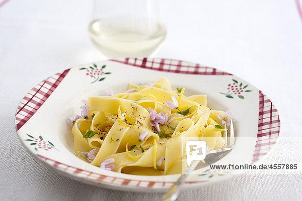 Tagliatelle mit Knoblauch und Zitrone  / Mit Englischsprachigem Rezept