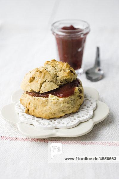 Scone serviert mit Marmelade  / Mit Englischsprachigem Rezept