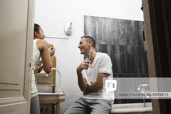 Paare zusammen im Badezimmer  die sich morgens fertig machen.