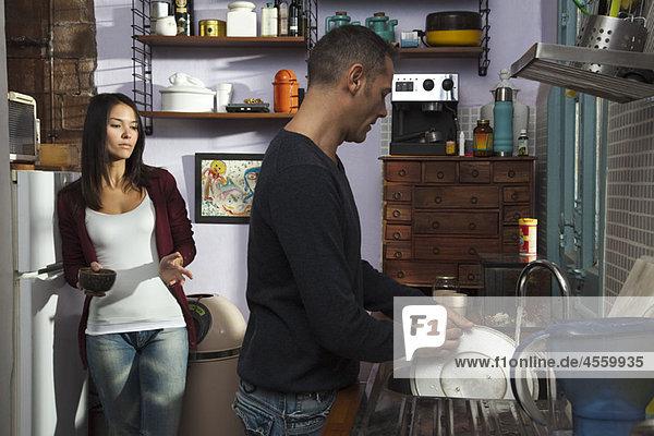Paar in der Küche  Ehemann beim Abwaschen