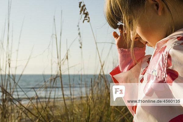 Junges Mädchen im Freien  Meer im Hintergrund