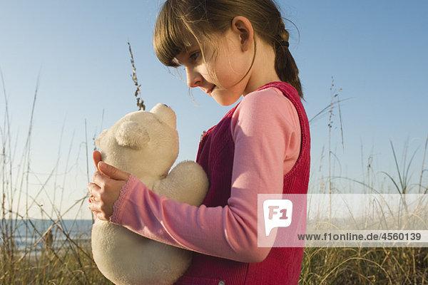 Junges Mädchen mit Plüschtier Eisbärenjunges