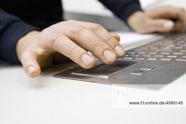 Hände über Tastatur am Bedienfeld