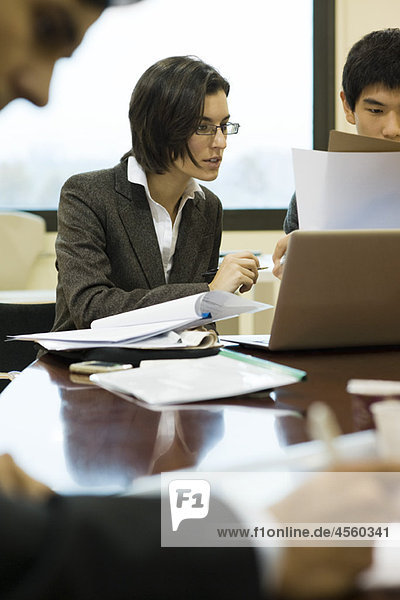 Führungskräfte bei der Zusammenarbeit am Konferenztisch
