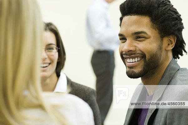 Führungskraft lacht mit Kollegen