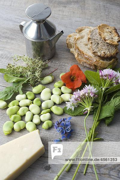 Puffbohnen und Herb Tartines mit Wildblumen  Mit Englischsprachigem Rezept Und Teil Eines Pakete