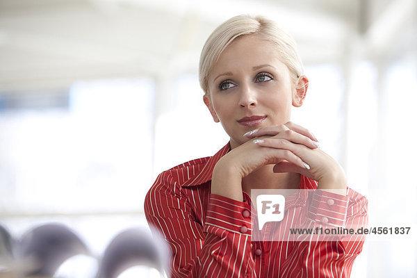 Porträt von junge blonde geschäftsfrau