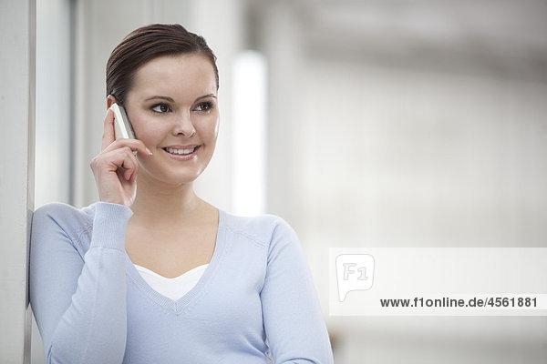 Porträt der jungen geschäftsfrau Gespräch auf Handy