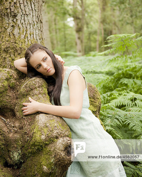 angelehnt junge Frau junge Frauen Portrait Baum