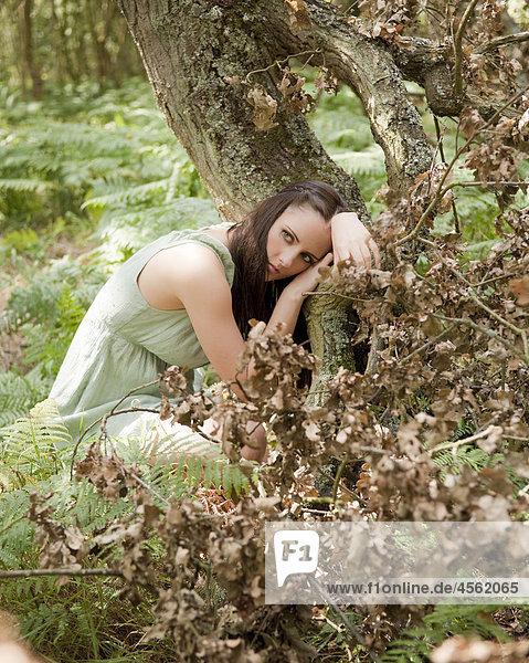 junge Frau junge Frauen Portrait Wald