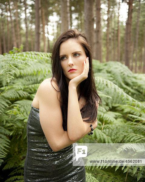 junge Frau junge Frauen Wald