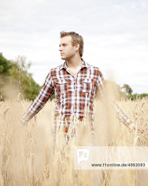 Porträt jungen Mannes im Feld