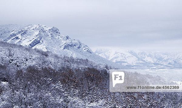 Southern Demergi Berglandschaft auf Krim im winter Southern Demergi Berglandschaft auf Krim im winter