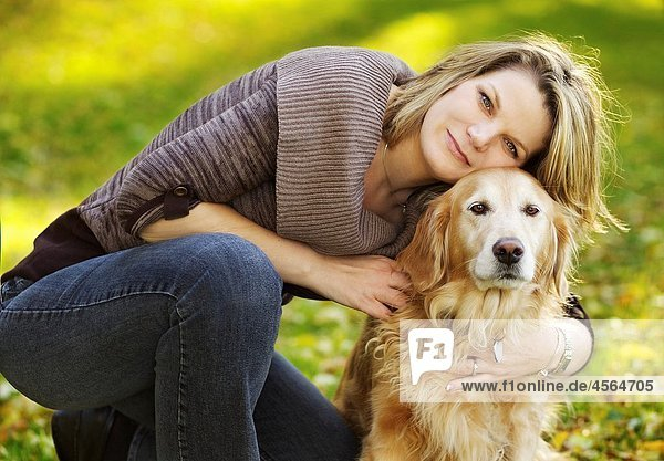 junge Frau junge Frauen Pose Schönheit Hund frontal Golden Retriever