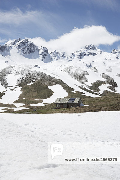 Berglandschaft mit Hütte nahe Little Saint Bernard Pass in der Schweiz Berglandschaft mit Hütte nahe Little Saint Bernard Pass in der Schweiz