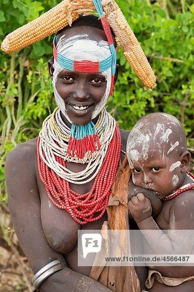 Mais Zuckermais Kukuruz Farbaufnahme Farbe Große Gruppe von Gegenständen viele Frau halten Halskette Kette jung Baby
