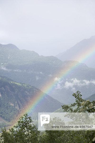 Regenbogen über Landschaft in der Nähe von Grenoble in Frankreich
