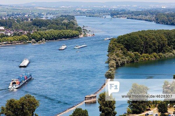 Europa  Deutschland  Rheinland-Pfalz  Blick auf Frachtschiffe im Meer Europa, Deutschland, Rheinland-Pfalz, Blick auf Frachtschiffe im Meer