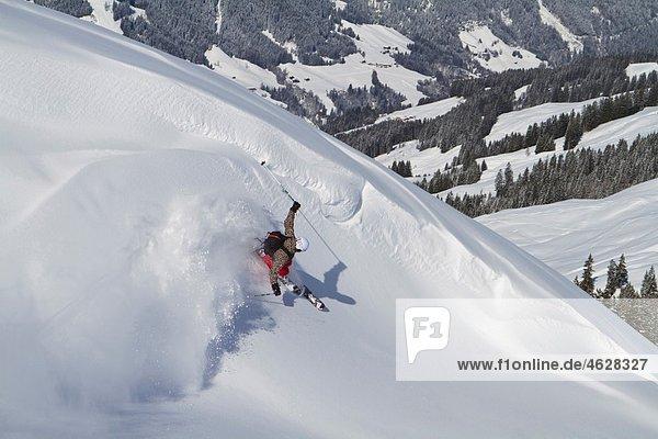 Österreich  Tirol  Kitzsteinhorn  Skifahren im Schnee  erhöhte Aussicht